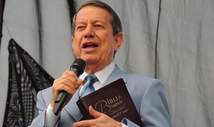 O líder da IIGD realiza reunião na nova igreja em Itaguaí.