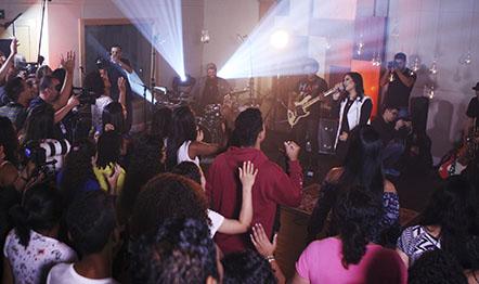 Músicos e público bem próximos para adorar: Bruna Olly criou esta atmosfera no RJ.