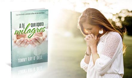 A publicação ressalta o poder da oração para a cura e obtenção de bênçãos.