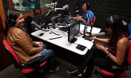 A cantora Kelly Benigno (à esquerda) esteve na Rádio Relógio, no Rio de Janeiro.
